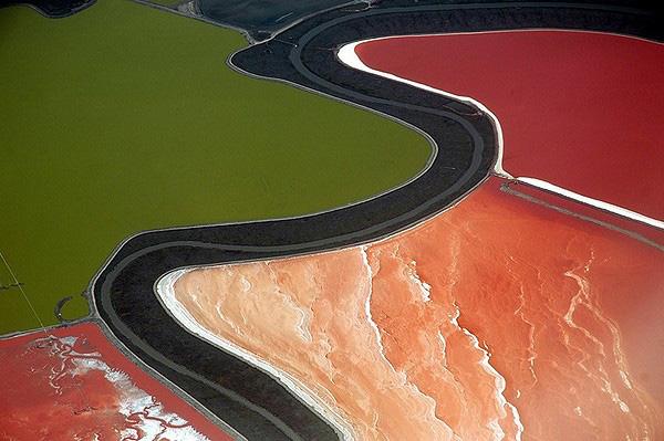 Разноцветные пруды в заливе Сан-Франциско
