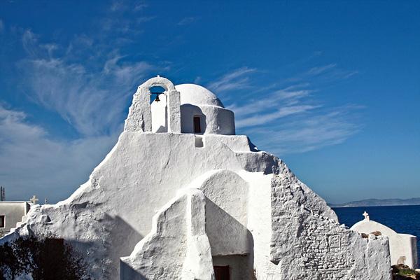 Белоснежная церковь Панагии Парапортиани в Греции
