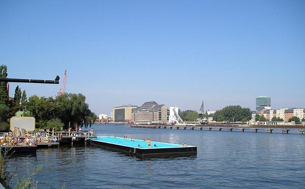 Бассейн Badeschiff на реке Шпрее