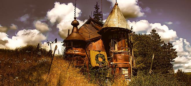 Виктор Мур и его замок из утилизированных вещей (5 фото)