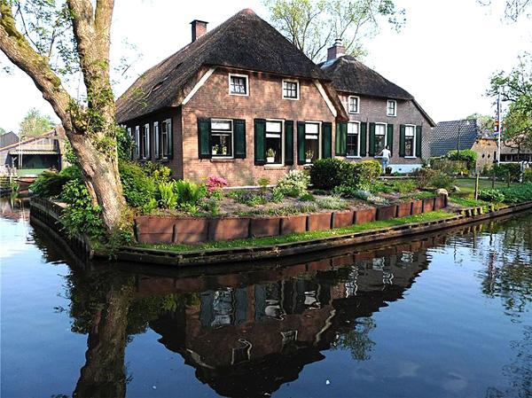 Живописная деревня Гитхорн в Голландии (2)