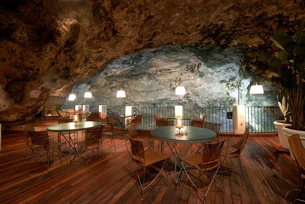Итальянский ресторан Grotta Palazzese в пещере