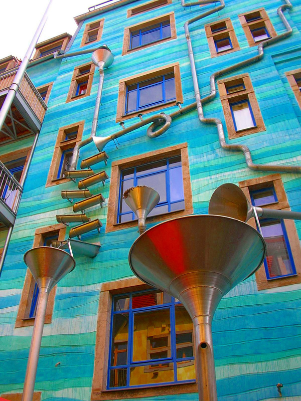 Мелодии дождя на фасаде дома в Дрездене