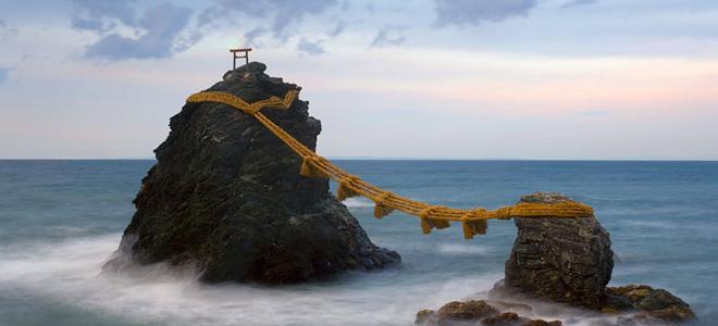 Мэото Ива — «женатые» скалы близ города Футами (3 фото)
