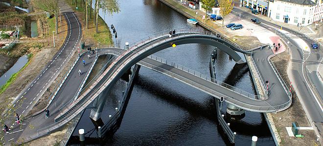 Прогулочный мост Melkwegbridge в Пурмеренде (7 фото)