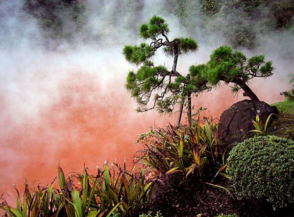 Пугающий Кровавый пруд в Японии