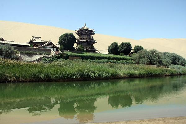 Озеро-полумесяц Юэяцюань в пустыне Гоби