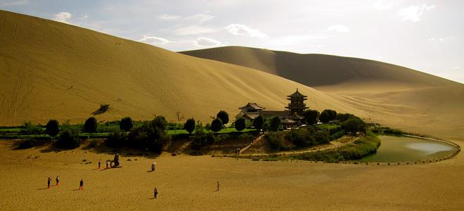 Озеро-полумесяц Юэяцюань в пустыне Гоби (9 фото)