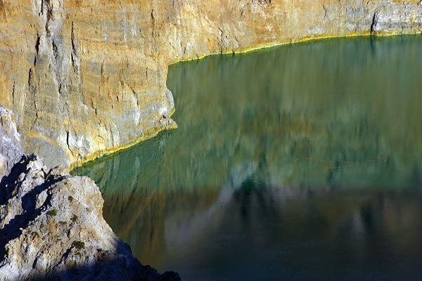 Трехцветные озера вулкана Келимуту