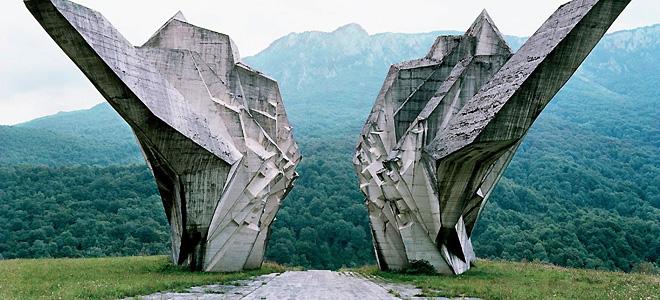 Заброшенные футуристичные монументы на Балканах (25 фото)