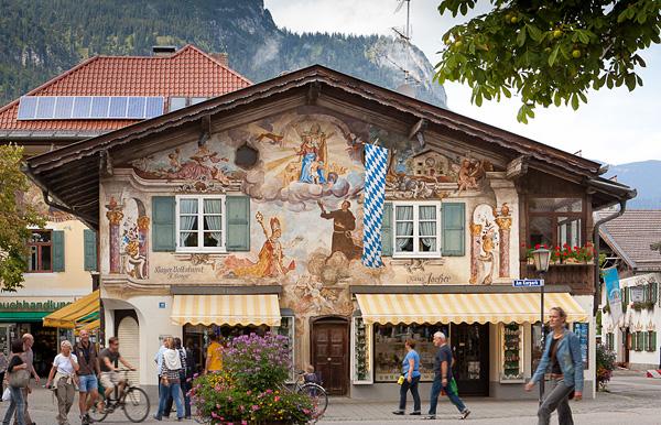 Живописный городок Гармиш-Партенкирхен в Альпах