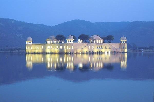 Дворец на воде Джал-Махал в Индии