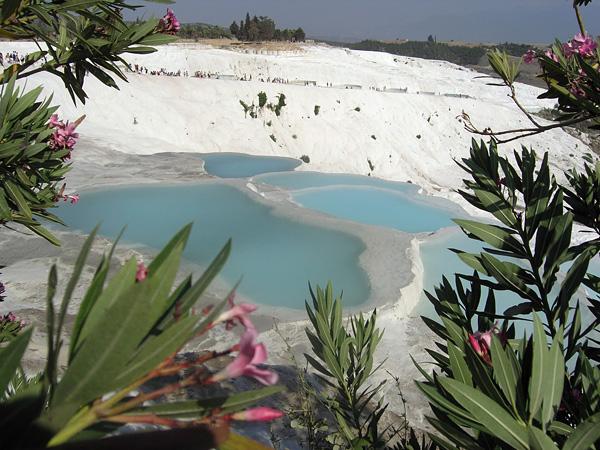 Белоснежная равнина Памуккале в Турции