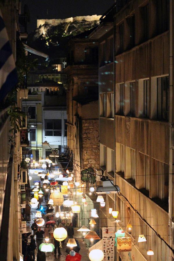 Сотни светильников над улицей в центре Афин