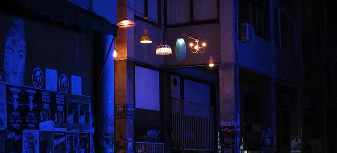 Сотни светильников над улицей в центре Афин (7 фото)