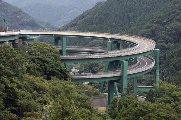 Винтовой мост Кавазу-Нанадару в Японии