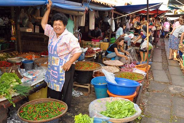 Железнодорожный рынок Майклон в Таиланде