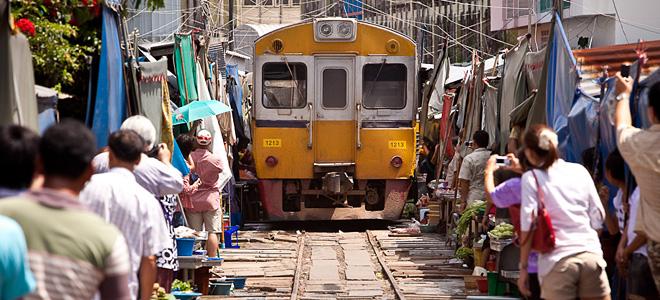 Железнодорожный рынок Майклон в Тайланде (13 фото)