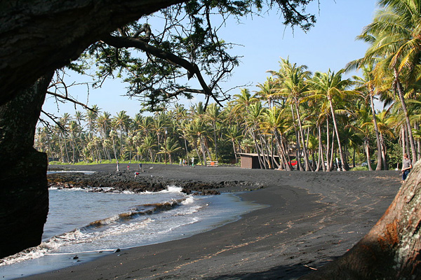 Черный пляж Пуналу на Гавайях