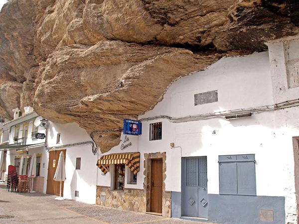 Город под скалой Сетениль-де-лас-Бодегас