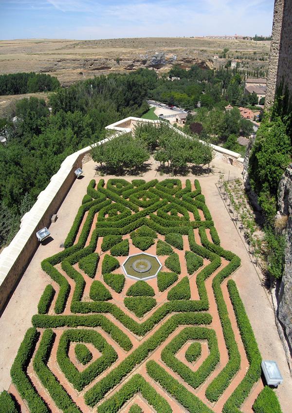 Величественный замок Алькасар в Сеговии