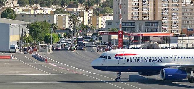 Гибралтарский аэропорт Норт Фронт (5 фото)